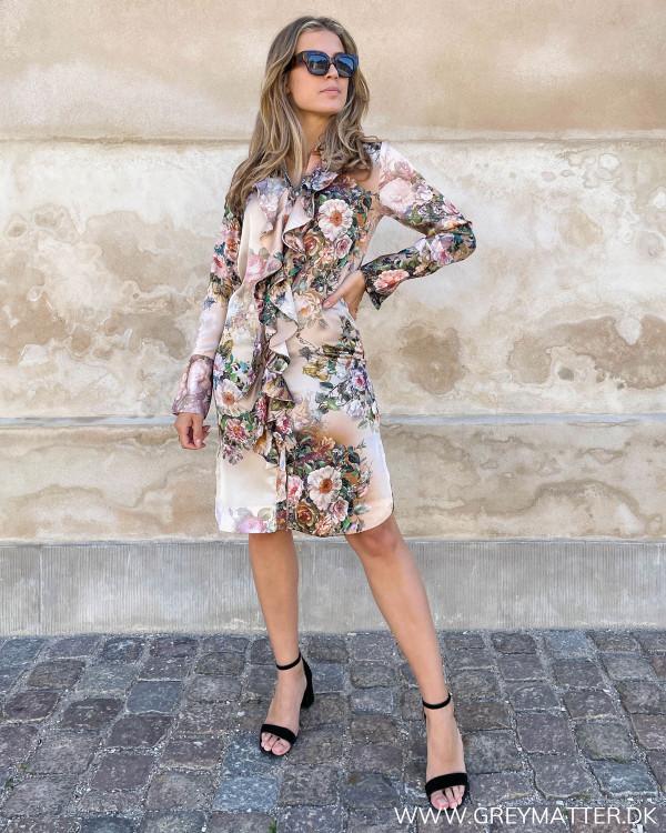 Karmamia Copenhagen kjole med blomsterprint og lange ærmer