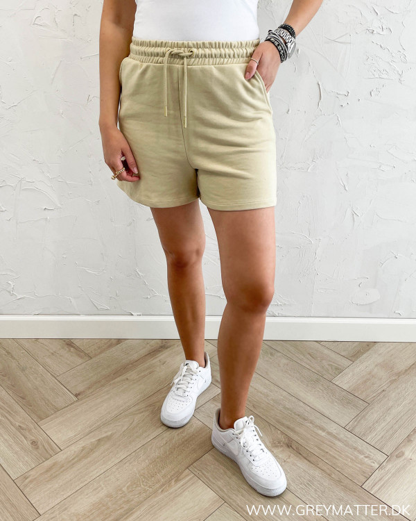 Sweat shorts til damer stylet med hvide Nike sneaks