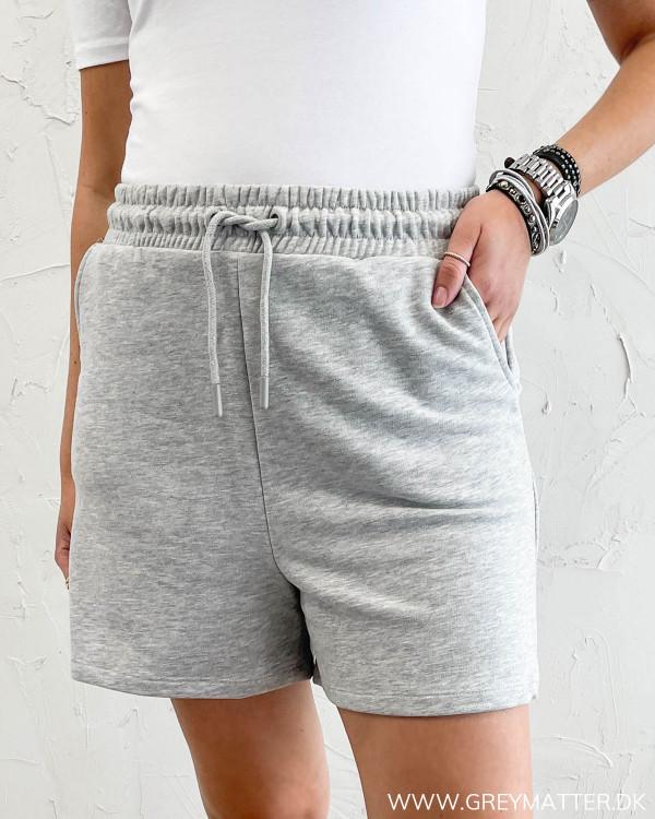 Grå sweat shorts fra Only til damer