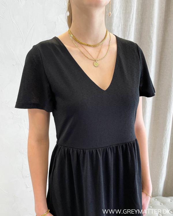 Sort kjole med v-udskæring