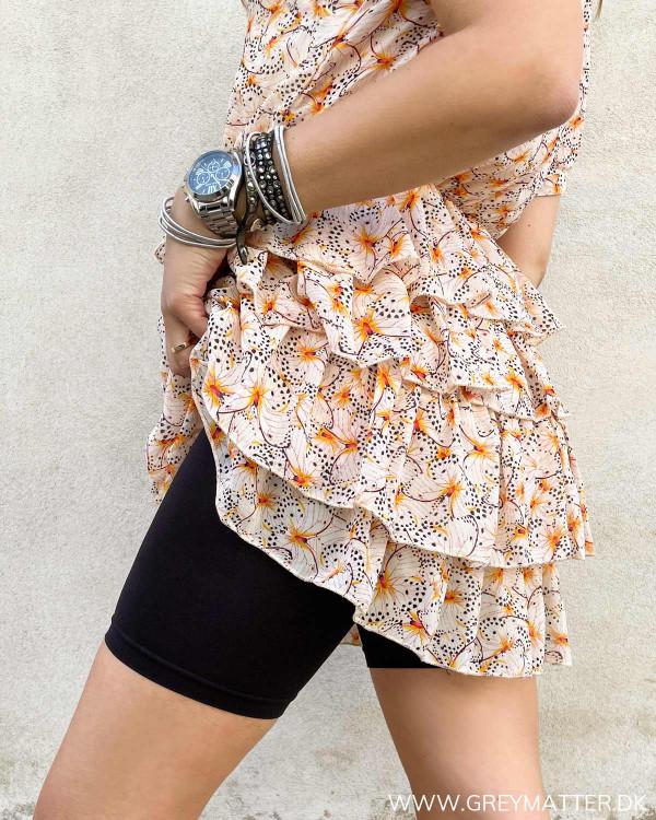 Sorte shorts til under korte kjoler