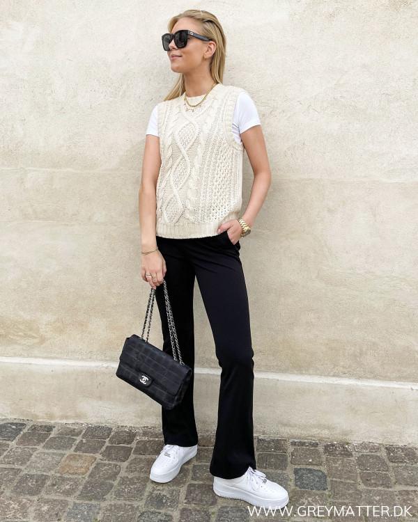 Vest fra Vila til damer, stylet med sorte flair bukser