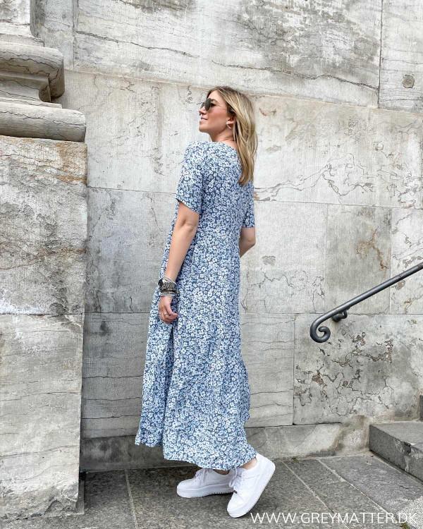 Midi dress med blomsterprint i blå farver