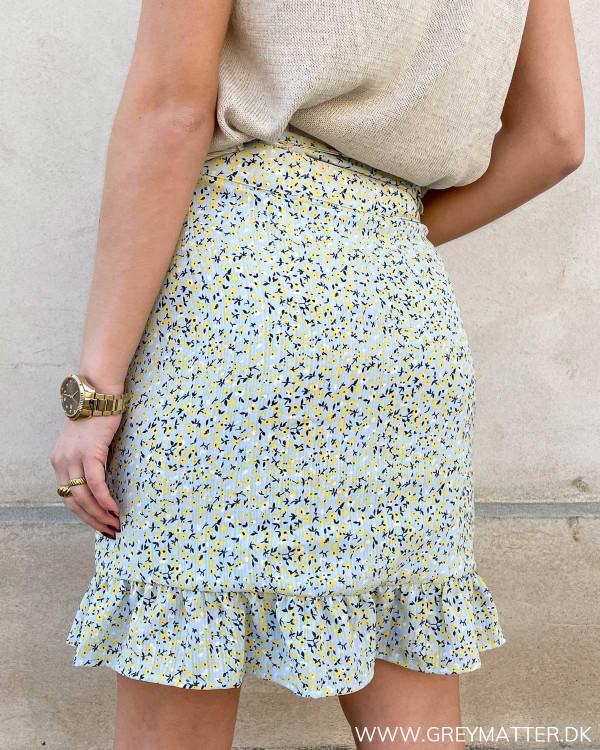 Fin nederdel med flæsekant