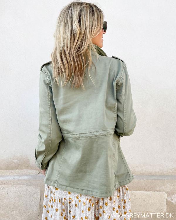 Skøn jakke i støvet army grøn