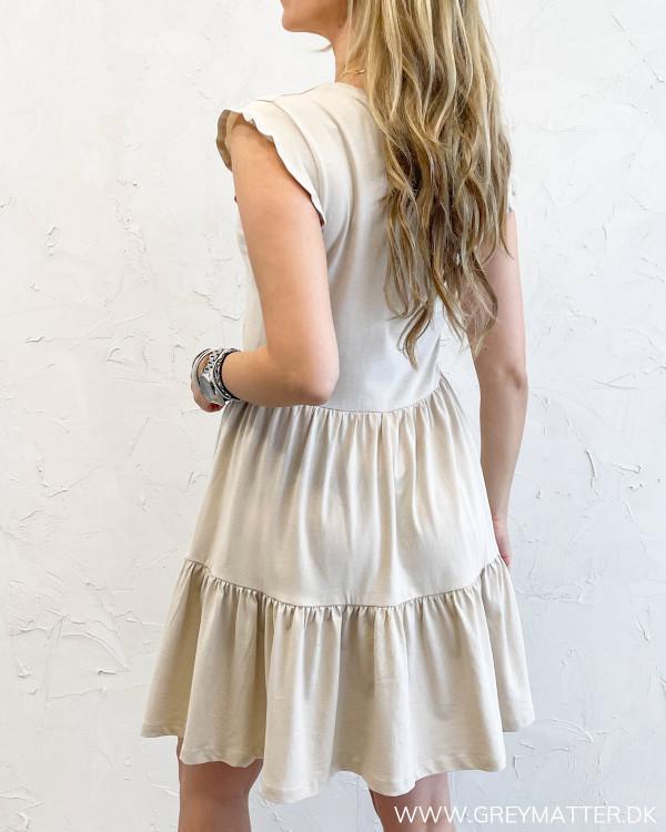 Ærmeløs sommer kjole fra Only i sand