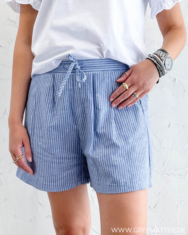 Sommer shorts til damer med striber i blå og hvid