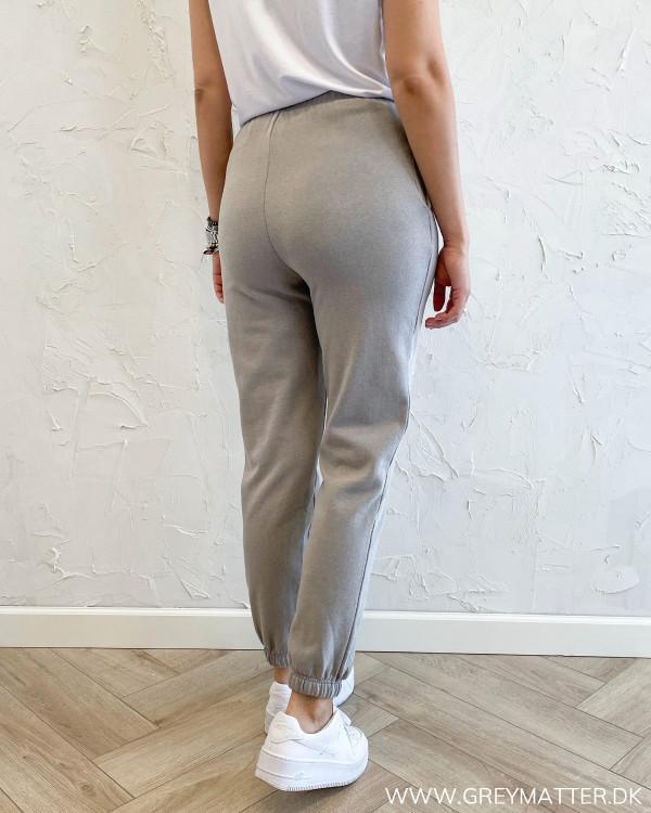 Bukser i washed grey fra Pieces
