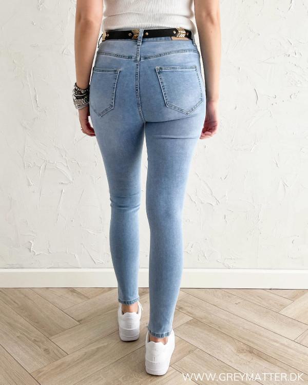 Højtaljede jeans til damer med baglommer og bæltestropper