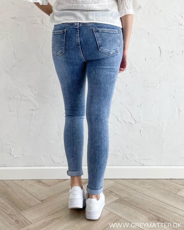 Jeans til damer med baglommer og bæltestropper