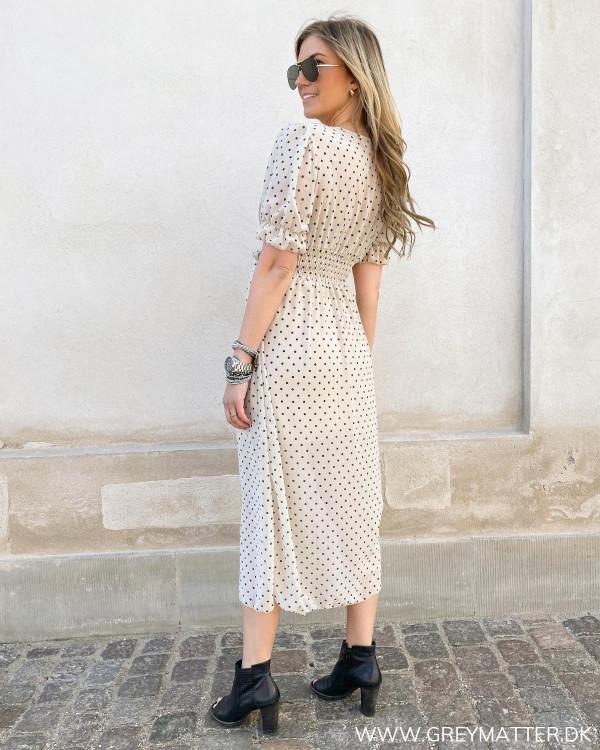 Prikket kjole med bindebånd i talje