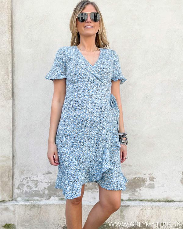 Slå-om kjole fra Only i lyseblå