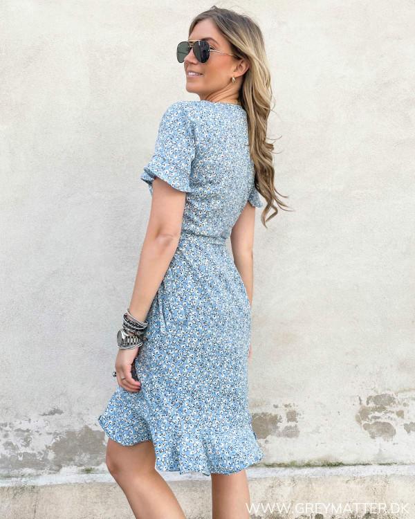 Lyseblå kjole fra Only med hvidt print