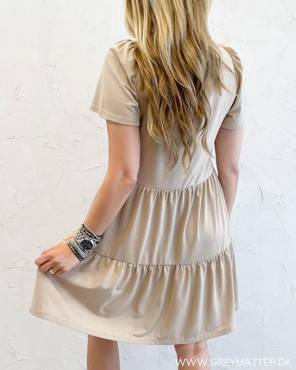 Kjoler med flæser til sommer i beige