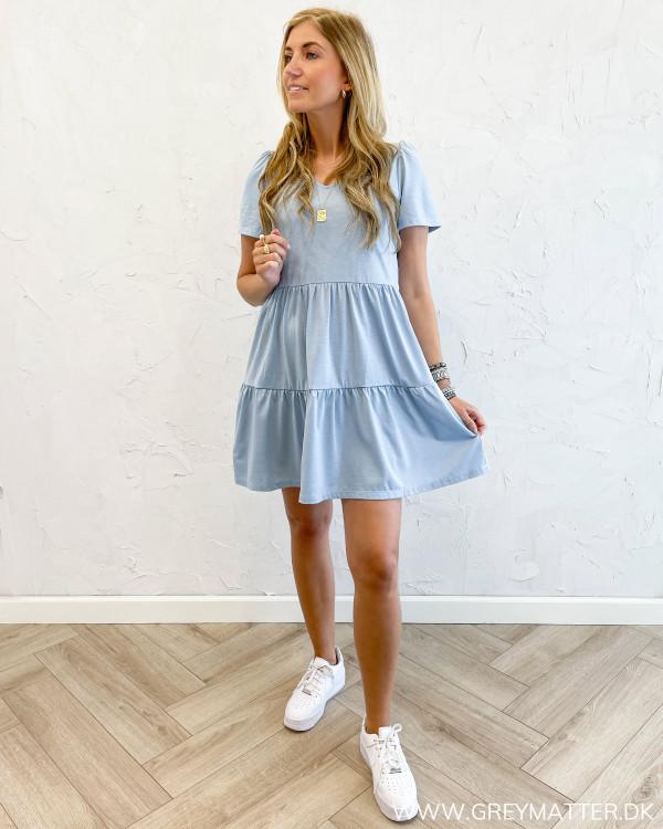 Vila kjole i lyseblå med flæser