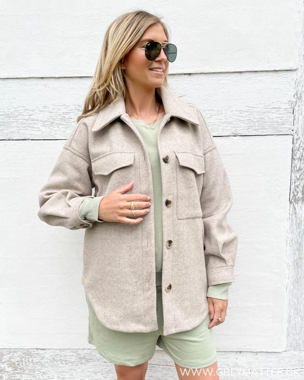 Oversize jakke til damer i smuk beige farve