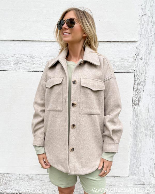 Casual jakke til kvinder med lommer og knapper