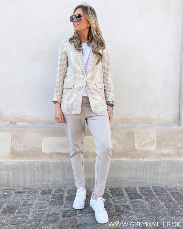 Blazerjakke til damer stylet med basis tee og comfy bukser