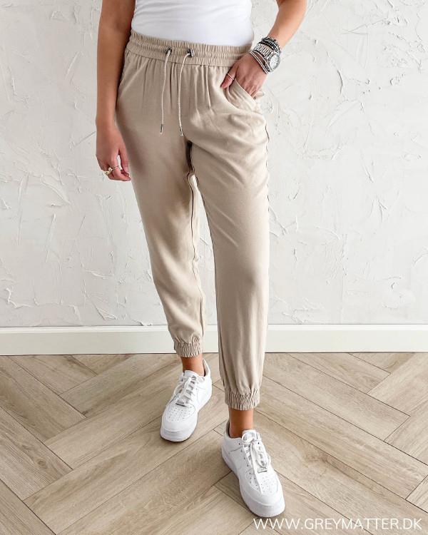 Beigefarvet bukser til damer fra Only