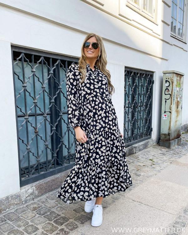 Midi dress med margueritter stylet med hvide sneaks