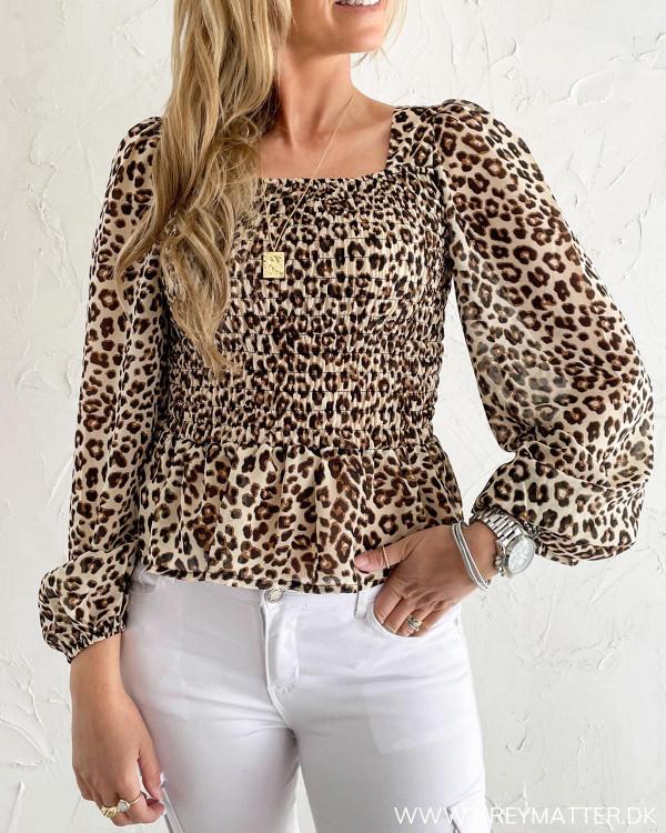 Leopard bluse fra Pieces med crepe