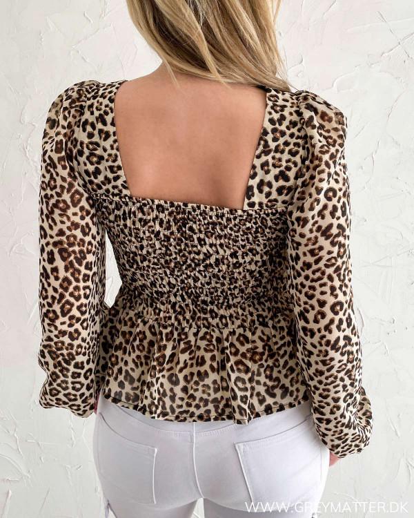 Leopard bluse med firkantet udskæring på ryggen