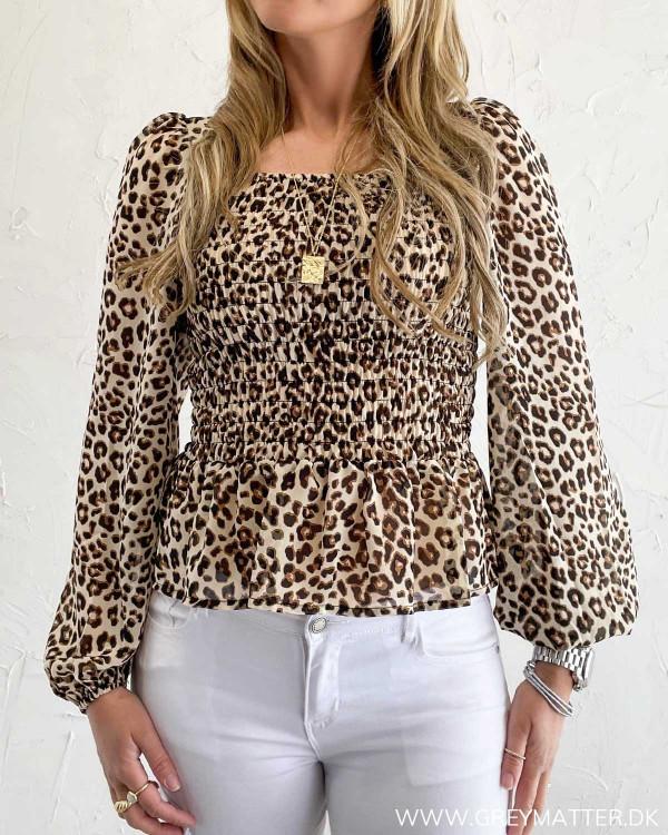 Leopard bluse med crepe og kantet udskæring