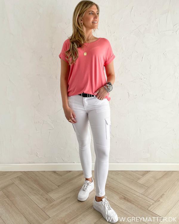 T-shirt i koral farve stylet med hvide Cargo bukser