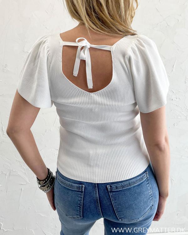 Dyb ryg detalje på hvid bluse