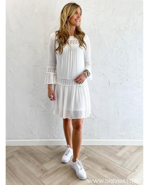 Hvide kjoler med broderie detaljer