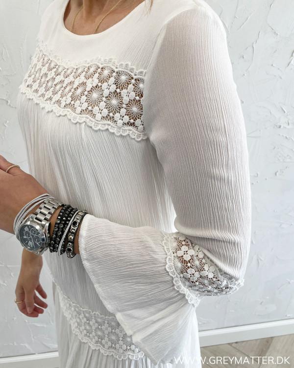 Sommerkjole fra Only i hvid med boheme detaljer
