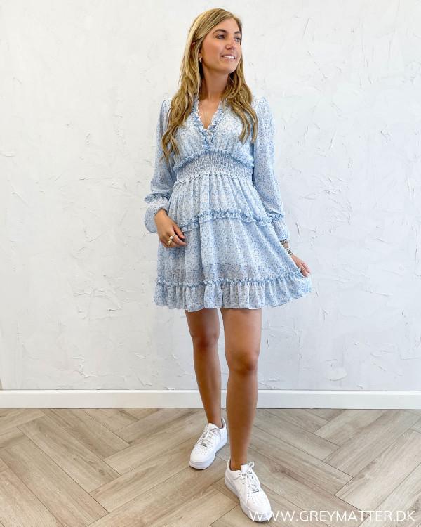 Kjole med flæser stylet med hvide sko