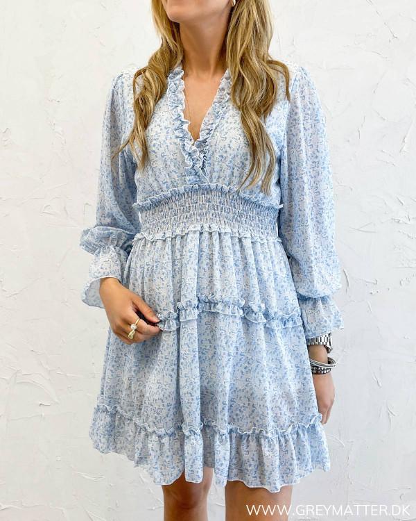 Blå kjole med ruffle detaljer