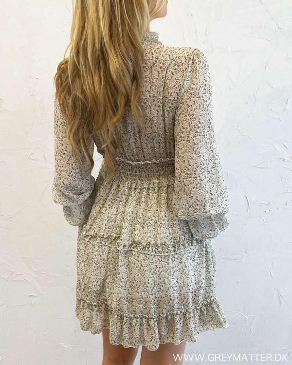 Kjole med print og ruffledetaljer