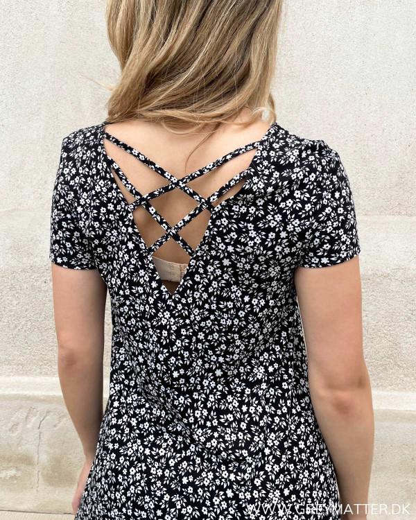 Smuk kjole til damer med detaljer på ryggen