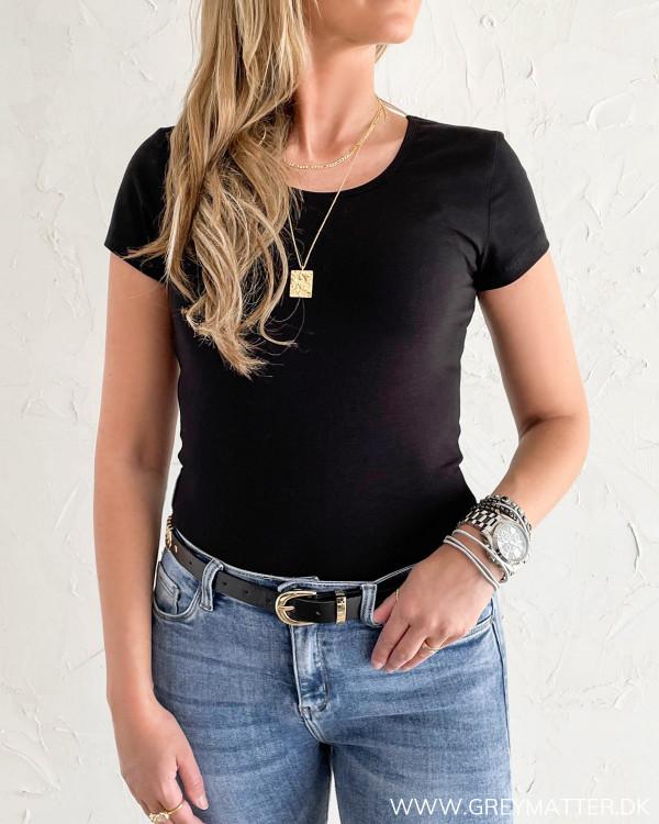 Tætsiddende sort t-shirt til damer