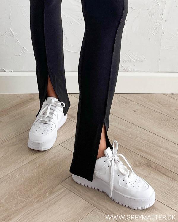 Sorte bukser med slids foran
