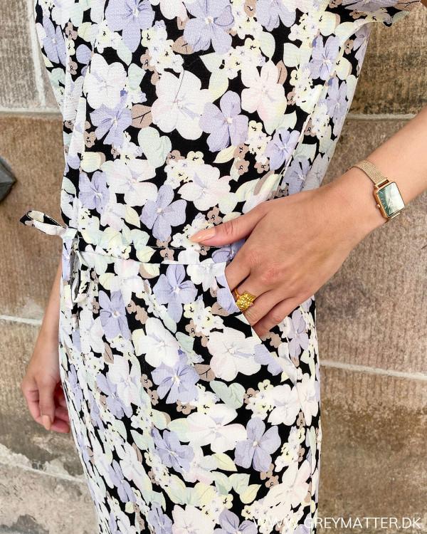 Kjoler med print og feminine detaljer