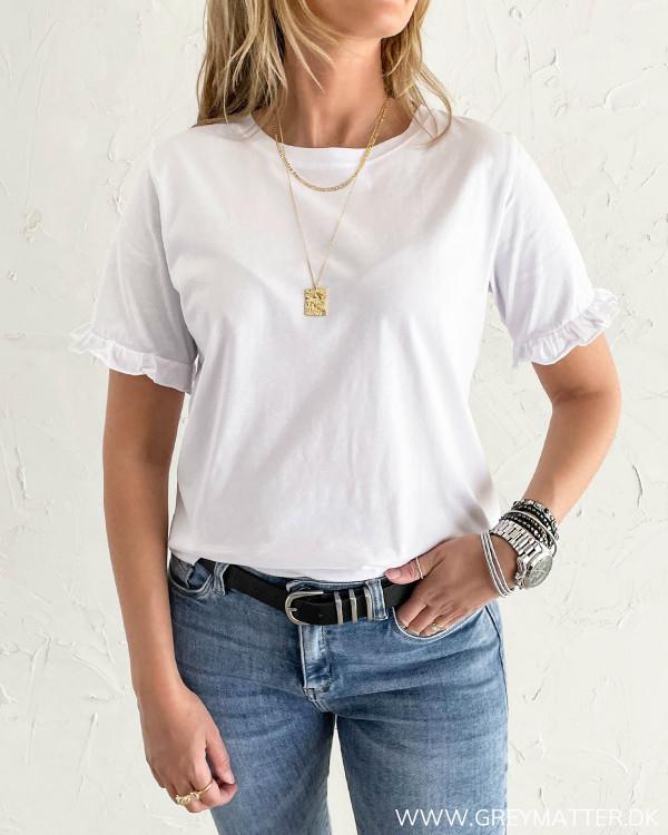 Hvid t-shirt til damer med ruffle detaljer