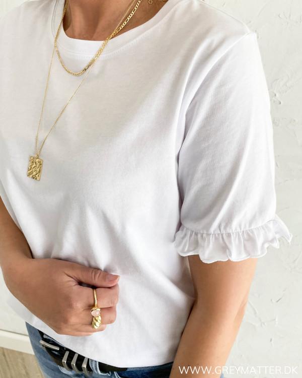 Hvide t-shirts til damer med feminine detaljer