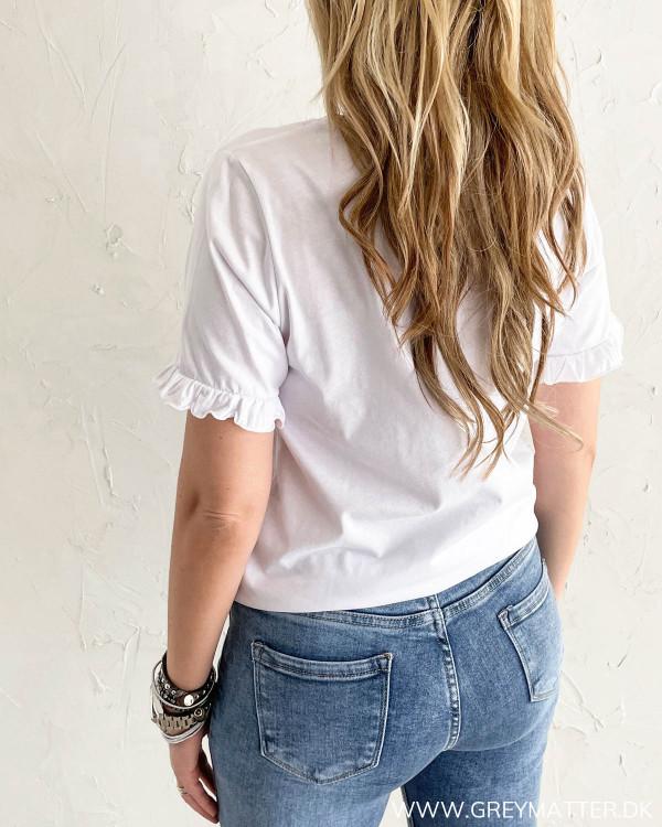 Hvid t-shirt til damer med detaljer