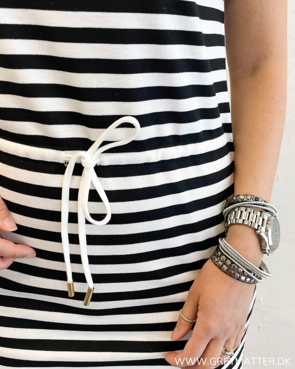 Stribet kjole med bindebånd