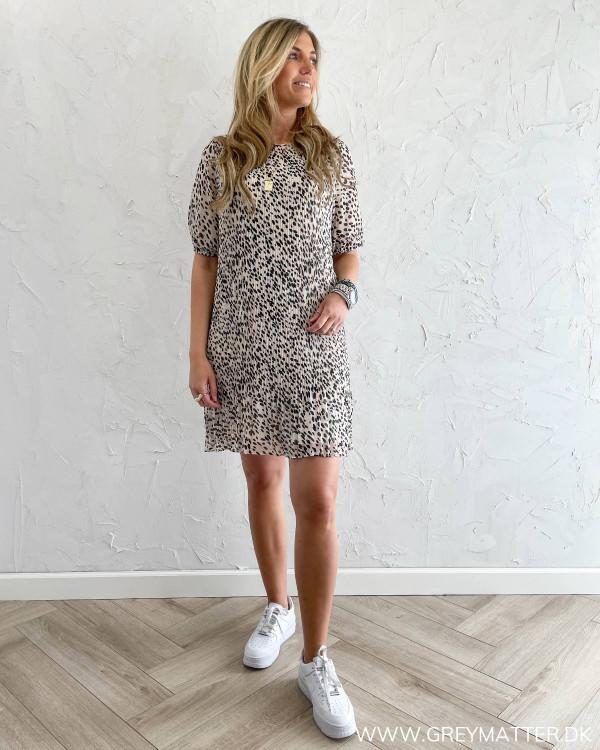 Sommerkjole med leopard print fra Pieces