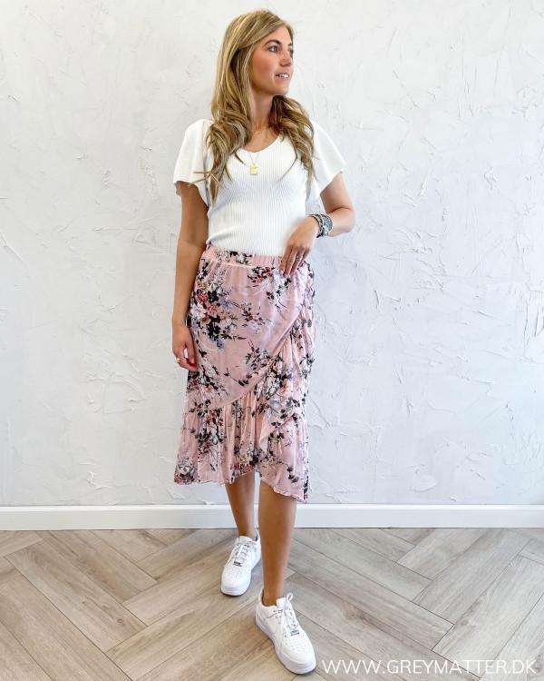 Nederdel med blomsterprint stylet med hvid bluse