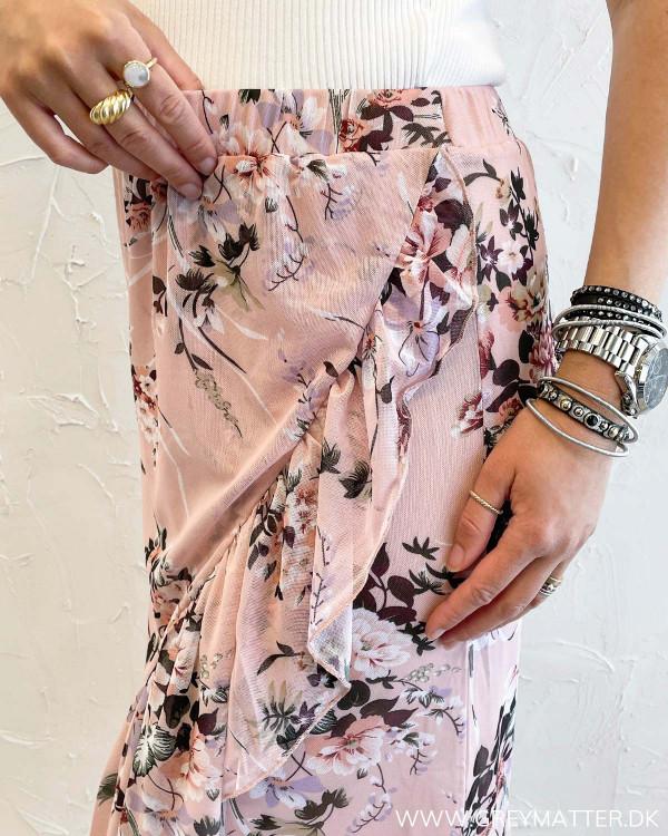 Lyserød nederdel med blomsterprint