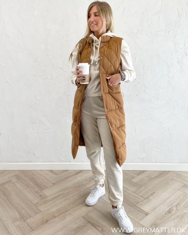 Veste til damer stylet med sweat pants og hoodie