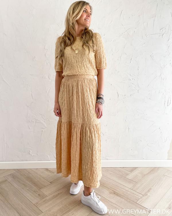 Lang nederdel stylet med matchende bluse