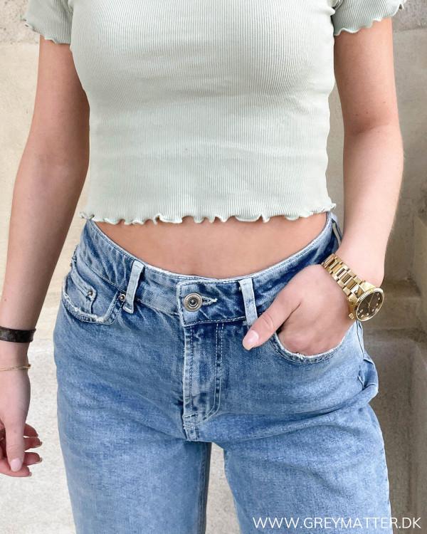 Trendy mavekort bluse fra Pieces