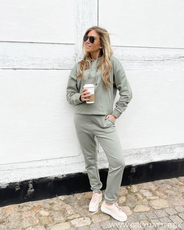 Sweat bukser og hoodie til damer fra Only