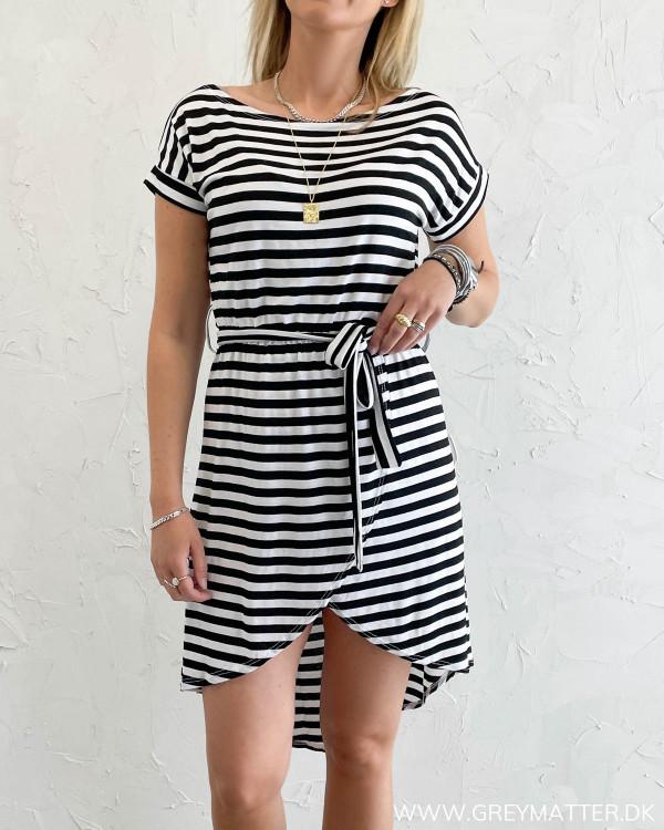 Kjole med striber og bindebånd